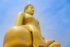 Μεγαλύτερη χρυσή συνεδρίαση αγαλμάτων του Βούδα στο δημόσιο ταϊλανδικό ναό wat muang στην επαρχία angthong, Ταϊλάνδη Στοκ φωτογραφία με δικαίωμα ελεύθερης χρήσης