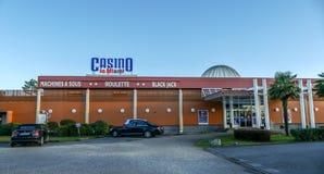 Μεγαλύτερο δωμάτιο τυχερού παιχνιδιού χαρτοπαικτικών λεσχών στην κεντρική πόλη pf Andernos, Γαλλία Στοκ εικόνα με δικαίωμα ελεύθερης χρήσης