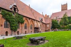 μεγαλύτερο malbork κάστρων οικοδόμησης τούβλου τραπεζών απέναντι από την όψη ποταμών Στοκ Εικόνα