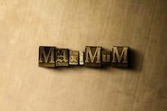 ΜΕΓΙΣΤΟΣ - κινηματογράφηση σε πρώτο πλάνο της βρώμικης στοιχειοθετημένης τρύγος λέξης στο σκηνικό μετάλλων Στοκ Φωτογραφίες