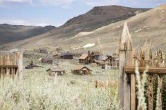 Μεθοδιστής εκκλησία από το νεκροταφείο βουνοπλαγιών, σώμα, Καλιφόρνια στοκ εικόνες