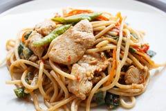 Μεθυσμένα μακαρόνια - πικάντικα μακαρόνια με το κοτόπουλο (ταϊλανδικά τρόφιμα) Στοκ Εικόνες