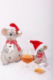 Μεθυσμένα ποντίκια Χριστουγέννων με το κενό γυαλί κονιάκ Στοκ Φωτογραφίες