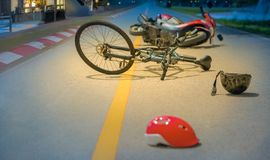 Μεθυσμένες οδηγώντας συντριβές, τροχαίο ατύχημα ατυχήματος με το ποδήλατο στο δρόμο στοκ φωτογραφία