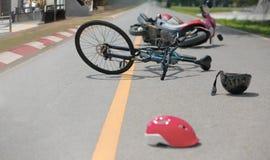 Μεθυσμένες οδηγώντας συντριβές, τροχαίο ατύχημα ατυχήματος με το ποδήλατο στοκ φωτογραφία με δικαίωμα ελεύθερης χρήσης