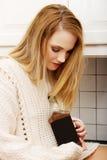 Μεθυσμένη γυναίκα με ένα μπουκάλι του οινοπνεύματος Στοκ φωτογραφία με δικαίωμα ελεύθερης χρήσης