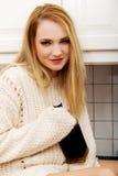 Μεθυσμένη γυναίκα με ένα μπουκάλι του οινοπνεύματος Στοκ εικόνες με δικαίωμα ελεύθερης χρήσης