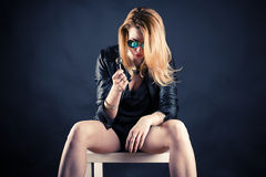Μεθυσμένη γυναίκα με το lollipop Στοκ εικόνα με δικαίωμα ελεύθερης χρήσης