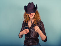 Μεθυσμένη γυναίκα που αυξάνει την πυγμή της Στοκ φωτογραφία με δικαίωμα ελεύθερης χρήσης