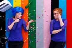 Μεθυσμένη γυναίκα που μιλά στο φίλο geek της Στοκ φωτογραφίες με δικαίωμα ελεύθερης χρήσης