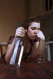 Μεθυσμένη γυναίκα που πέφτει κοιμισμένη στον πίνακα Στοκ Εικόνες