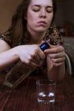 Μεθυσμένη γυναίκα που προσπαθεί να ανοίξει το μπουκάλι Στοκ φωτογραφίες με δικαίωμα ελεύθερης χρήσης