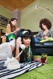 Μεθυσμένη γυναίκα που φωνάζει στο τηλέφωνο Στοκ Εικόνα