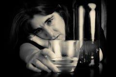 Μεθυσμένη και καταθλιπτική μόνη γυναίκα Στοκ φωτογραφία με δικαίωμα ελεύθερης χρήσης
