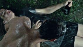 Μεθυσμένοι άνθρωποι έξω στη λάσπη και τη βροχή απόθεμα βίντεο