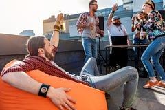 Μεθυσμένος τύπος που έχει τη διασκέδαση στο κόμμα Στοκ εικόνες με δικαίωμα ελεύθερης χρήσης