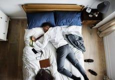 Μεθυσμένο επιχειρησιακό άτομο αφροαμερικάνων που πέφτει κοιμισμένο μόλις αυτός Στοκ φωτογραφίες με δικαίωμα ελεύθερης χρήσης