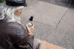 Μεθυσμένο μπουκάλι ουίσκυ εκμετάλλευσης ατόμων Στοκ Φωτογραφία