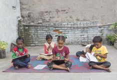 Μειονεκτικά παιδιά που μελετούν τη στοιχειώδη εκπαίδευση στο ανοικτό σχολείο Στοκ Φωτογραφίες