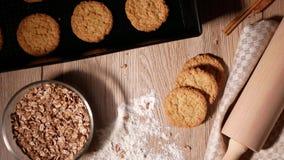 Μειωμένα δημητριακά Φρέσκα ψημένα μπισκότα στο δίσκο ψησίματος Ρόλος ζύμης και διεσπαρμένο αλεύρι φιλμ μικρού μήκους