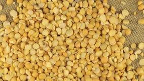 Μειωμένα σιτάρια των ξηρών μπιζελιών περιστρεφόμενο burlap υφασμάτων απόθεμα βίντεο