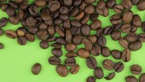 Μειωμένα φασόλια καφέ σε μια περιστρεφόμενη πράσινη οθόνη, που απομονώνεται απόθεμα βίντεο