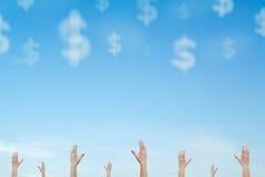 μειωμένα χρήματα χεριών σύννεφων που φθάνουν έξω στον ουρανό Στοκ φωτογραφία με δικαίωμα ελεύθερης χρήσης