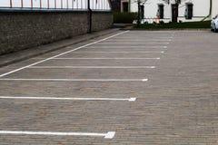 μειωμένη ελεύθερη κίνηση επιγραφής ύψους αυτοκινήτων θαμπάδων καμία θέση στάθμευσης Στοκ φωτογραφία με δικαίωμα ελεύθερης χρήσης
