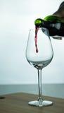 Μειωμένο κόκκινο κρασί στο γυαλί στοκ εικόνες