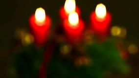 Μειωμένο στεφάνι χιονιού και εμφάνισης με το κάψιμο των κεριών απόθεμα βίντεο