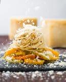 Μειωμένο τυρί πέρα από τα ζυμαρικά μακαρονιών με τα λαχανικά στοκ φωτογραφίες