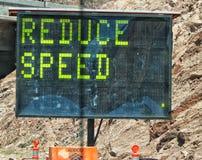 Μειώστε το σημάδι ταχύτητας Στοκ φωτογραφία με δικαίωμα ελεύθερης χρήσης