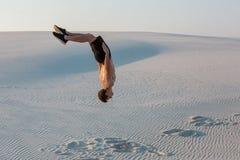 Μελέτη ατόμων parkour μόνοι τους Acrobatics στην άμμο Στοκ φωτογραφία με δικαίωμα ελεύθερης χρήσης