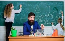 Μελέτη για έναν δάσκαλο σχολείου και μια ομάδα μελέτης δοκιμής Μικροί παιδιά και δάσκαλος επιστημών που έχουν τη σύνοδο μελέτης Π στοκ εικόνες