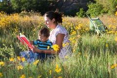 μελέτη μητέρων προσοχής μωρ στοκ φωτογραφία