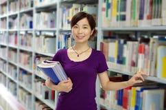 Μελέτη σε μια βιβλιοθήκη Στοκ εικόνα με δικαίωμα ελεύθερης χρήσης