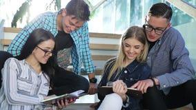 Μελέτη σπουδαστών, που διαβάζει το εκπαιδευτικό βιβλίο στο κολλέγιο φιλμ μικρού μήκους