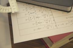 Μελέτη της έννοιας Math στο σκοτεινό ξύλινο υπόβαθρο στοκ φωτογραφία με δικαίωμα ελεύθερης χρήσης