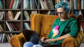 Μελέτη του θηλυκού freelancer που εργάζεται στο lap-top φιλμ μικρού μήκους