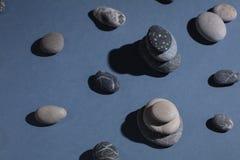 Μελέτη των βράχων για να καταλάβει την ιστορία της γης στοκ εικόνα με δικαίωμα ελεύθερης χρήσης