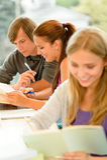 Μελέτη Teens στο σπουδαστή ανάγνωσης βιβλιοθηκών γυμνασίου Στοκ Εικόνα