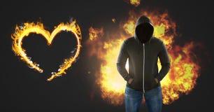 Μελαχροινό άτομο χωρίς το πρόσωπο και καίγοντας φλόγες πυρκαγιάς με την καρδιά Στοκ Φωτογραφίες