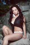 Μελαχροινό μαλλιαρό κορίτσι που φορά την κορυφή και Bikini Στοκ Φωτογραφίες