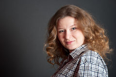 Μελαχροινό ξανθό σγουρός-διευθυνμένο κορίτσι Στοκ εικόνες με δικαίωμα ελεύθερης χρήσης