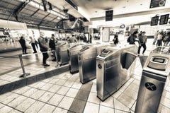 ΜΕΛΒΟΥΡΝΗ - 10 ΟΚΤΩΒΡΊΟΥ 2015: Οι άνθρωποι εισάγουν τις πύλες υπογείων Στοκ Φωτογραφία