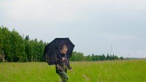 Μελετημένη αγρότισσα που περπατάει στο γήπεδο απόθεμα βίντεο