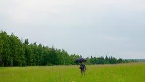 Μελετημένη αγρότισσα που περπατάει στο γήπεδο φιλμ μικρού μήκους