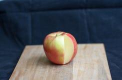 Μελιού μήλο που τεμαχίζεται τραγανό Στοκ φωτογραφία με δικαίωμα ελεύθερης χρήσης