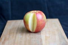 Μελιού μήλο που τεμαχίζεται τραγανό Στοκ εικόνα με δικαίωμα ελεύθερης χρήσης