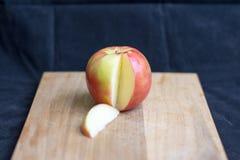 Μελιού μήλο που τεμαχίζεται τραγανό Στοκ Εικόνες